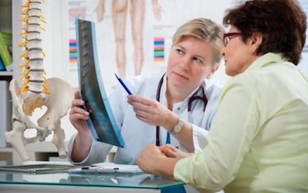 Image d'un chiropraticien montrant des radiographies